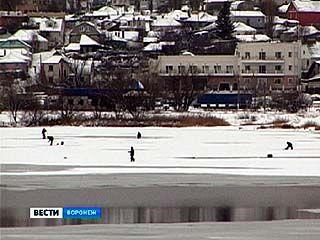 Любители зимней рыбалки рискуют, выходя на лёд Воронежского водохранилища