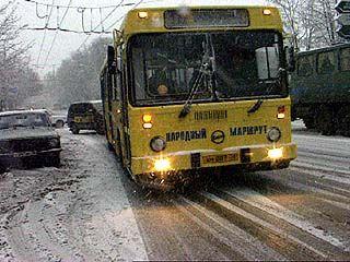Люди мерзнут из-за резкого сокращения на маршрутах количества частных автобусов
