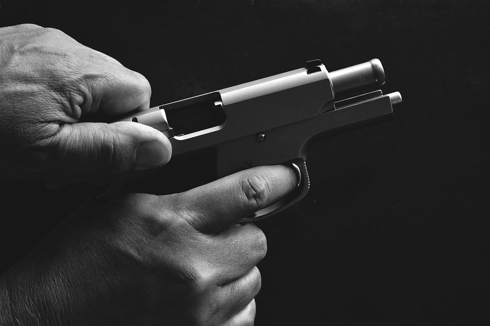 В Воронеже полицейский попытался пресечь драку у магазина и применил оружие