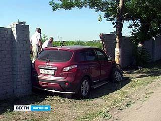 Машина с московскими номерами пробила ограждение ВАСО