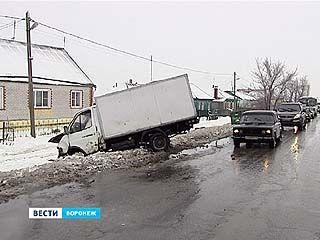 Массовая авария на скользкой дороге произошла при въезде в микрорайон Масловка