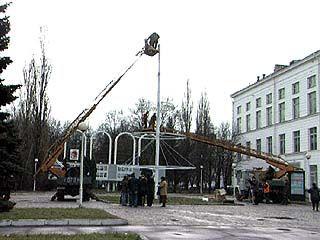 Мэр Скрынников лично убедился в качестве монтажа ёлок на площади Ленина