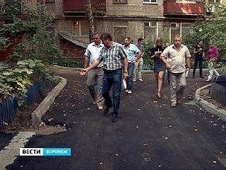 Мэр Воронежа проинспектировал ремонт дворов в Центральном районе