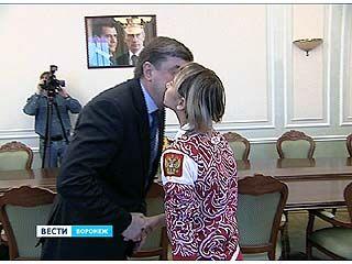 Мэр Воронежа вручил гимнастке Виктории Комовой почетный знак
