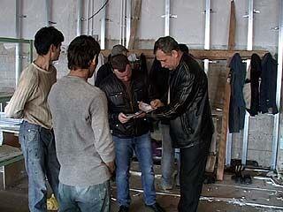Миграционная служба поймала группу строителей-нелегалов