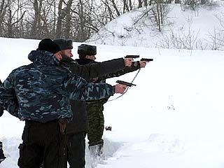 Милиционеры потренируются в стрельбе из табельного оружия