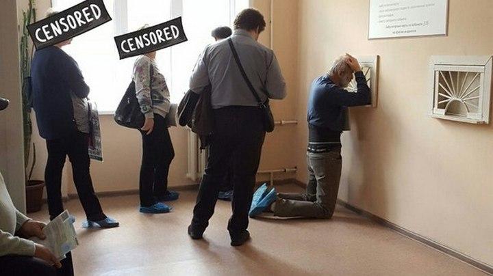 Воронеж прославился фотографиями стоящего на коленях пациента в поликлинике