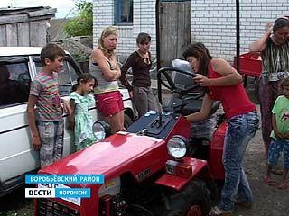 """Многодетная семья из хутора Гринев получила новенький трактор """"Беларус"""""""