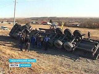 Многотонный грузовик с цементом перевернулся в Подгоренском