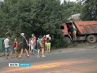Многотонный КАМАЗ оказался во дворе частного дома на улице Солнечной
