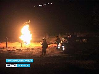 Молния стала причиной пожара на газопроводе в Кантемировском районе