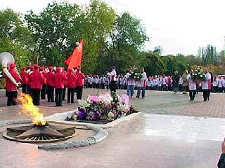 Московская делегация возложила венки на площади Славы