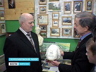 Музею в Петропавловском районе подарили маску Есенина