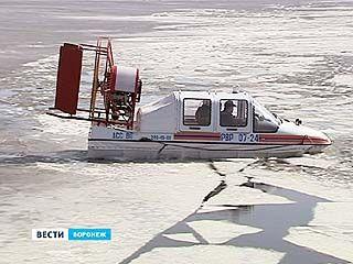 На акватории Воронежского водохранилища ломают лёд - из соображений безопасности
