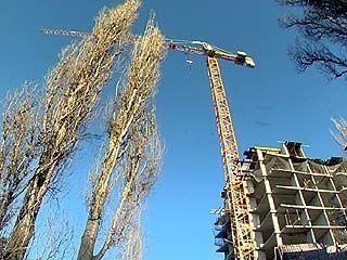 На Бульваре Пионеров в любой момент может рухнуть строительный кран