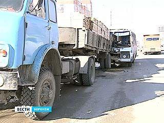 На Бульваре Победы ПАЗ врезался в грузовик с прицепом