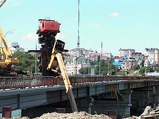 На Чернавском мосту перевернулся кран