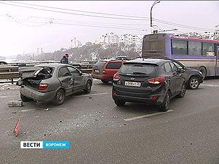 На Чернавском мосту произошла крупная авария - автобус и 8 легковушек