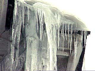 На домах увеличились ледяные наросты