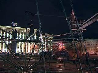 На главной площади Воронежа начались работы по монтажу новогодней ёлки