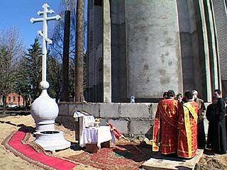 На храме в поселке Подгорный установлен крест