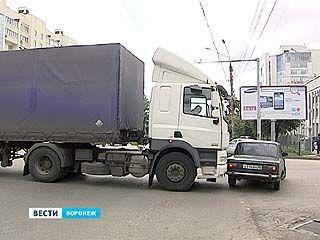 На Московском проспекте фура перекрыла 3 полосы - пробка растянулась на километры