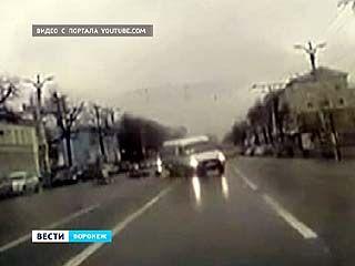 На пешеходном переходе под колёса попали двое женщин с ребёнком - водитель маршрутки отстранён от работы