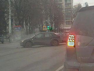 На площади Ленина на глазах у полицейских столкнулись две иномарки