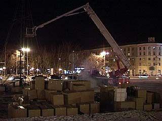 На площади Ленина начали устанавливать главную городскую ёлку