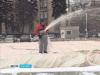 На площади Ленина заливают катки