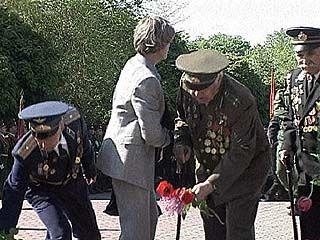 На площади Победы состоялось торжественное возложение цветов у Вечного огня