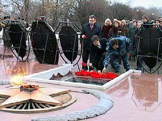 На площади Победы состоялось торжественное возложение венков