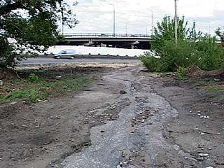 На подъездах к Чернавскому мосту - вместо дороги мощеный тротуар