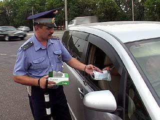 На постах ДПС водителям раздают средства индивидуальной защиты от смога