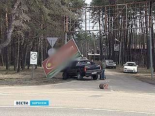 На проезжую часть в Воронеже упали два незакреплённых рекламных щита