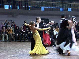 На соревнованиях по бальным танцам собрались начинающие и опытные дуэты
