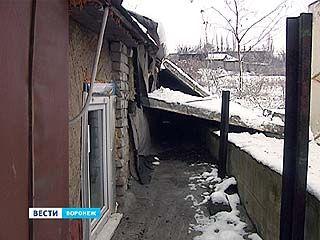 На стену жилого дома упали бетонные плиты. Почему жильцы винят соседние стройки?