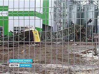 На стройплощадке в Таловой снова ЧП - упал башенный кран, погибла женщина