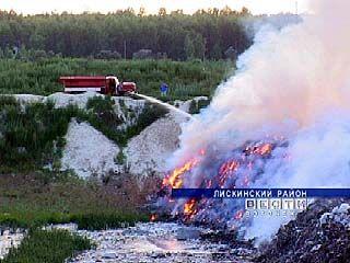 На свалке в Лисках более суток бушевало пламя