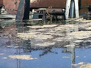 На территории Бобровского консервного завода произошла утечка мазута