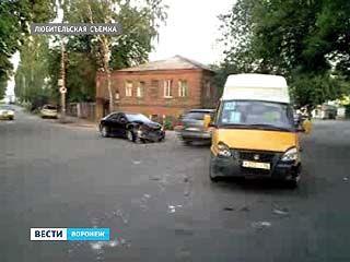 На Транспортной легковой автомобиль въехал в пассажирский микроавтобус