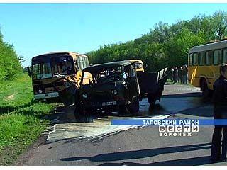 На трассе Таловая-Бутурлиновка УАЗ столкнулся со школьным автобусом