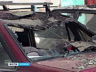 На улице Лизюкова на припаркованные внизу машины упала часть кровли