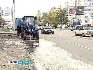 На улице Лизюкова в районе Института искусств прорвало трубу