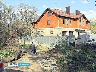 На улице Танкиста Серебрякова хозяйка особняка вырубила около 30 деревьев