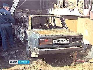 На улице Цурюпы тушили двойной пожар. Огонь с машины перекинулся на здание