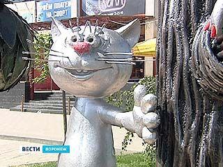 На улицу Лизюкова вернули самых известных котёнка и ворону - назло вандалам