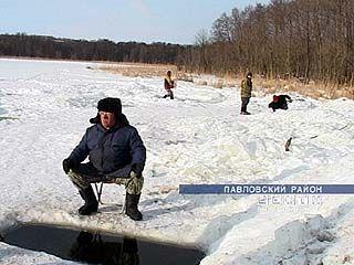 На водоемах области рыбу спасают рыбаки