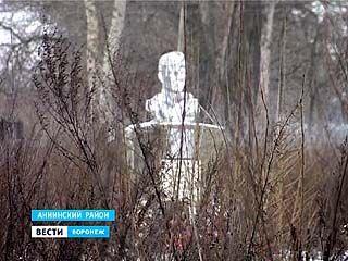 Народная тропа к памятнику танкиста Фёдора Спахова заросла бурьяном