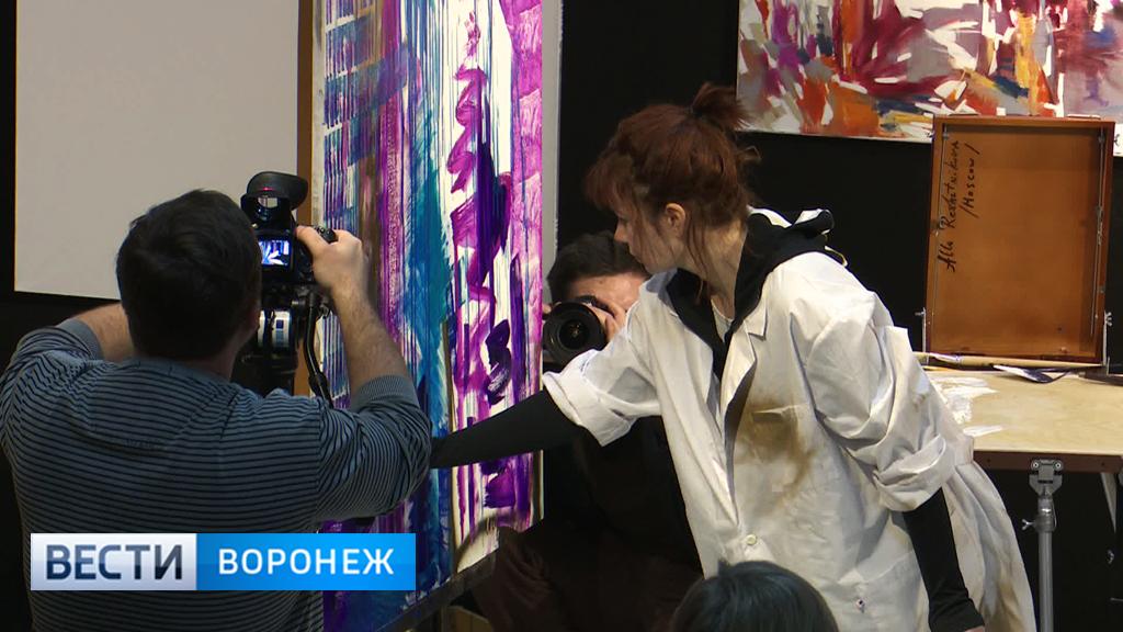 Московская художница Алла Решетникова устроила для воронежцев необычный перфоманс